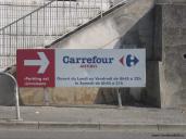 Skylt med öppettider Carrefour