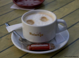En kopp fransk kaffe med mjölk