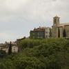 Auribeau kyrka på avstånd