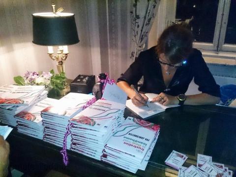 Eva Jarlsdotter signerar