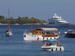 Båtar av olika fason och storlek ankrade mellan St Honorat och St Margeurite