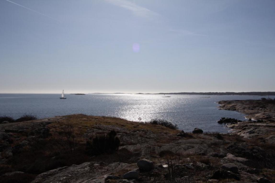 segelbåt rundar Donsö för motor
