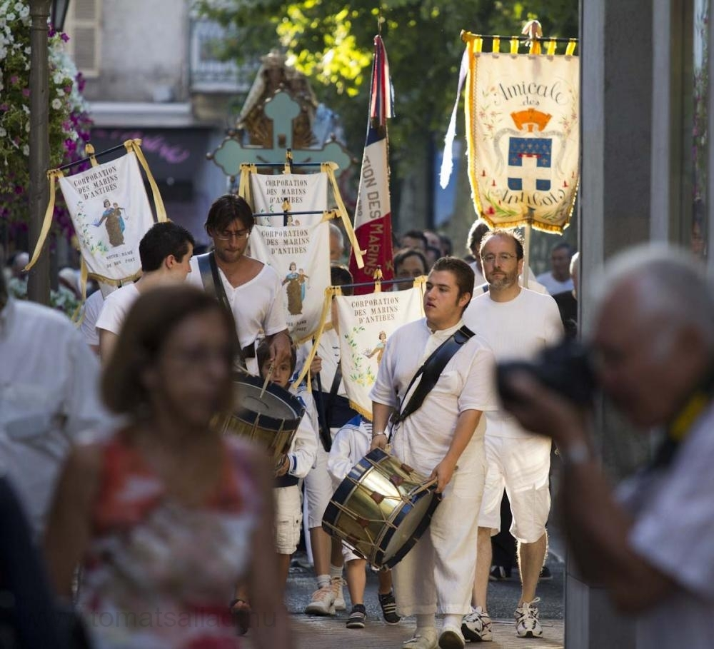 Procession genom centrala Antibes