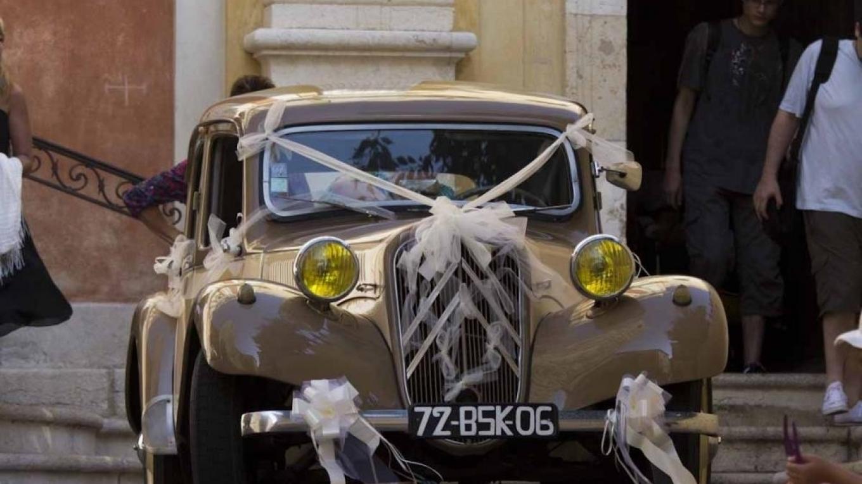En bil i bröllopsskrud