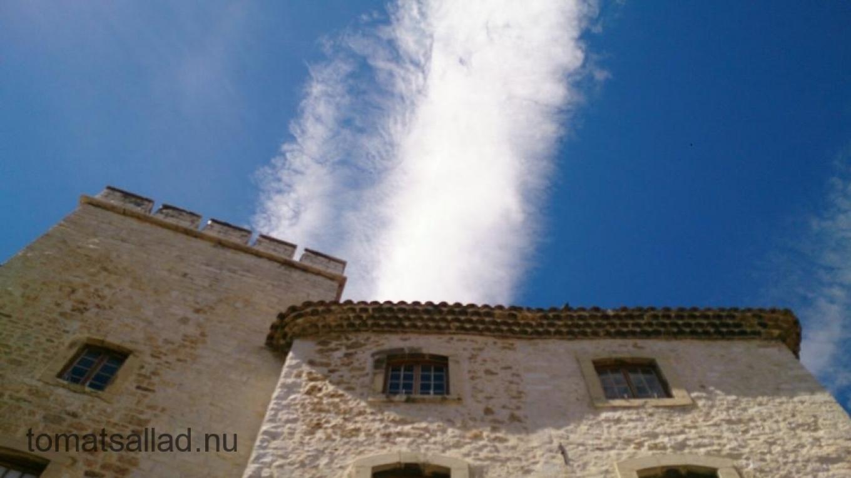 Hotel de Ville i Tourrettes mot himlen