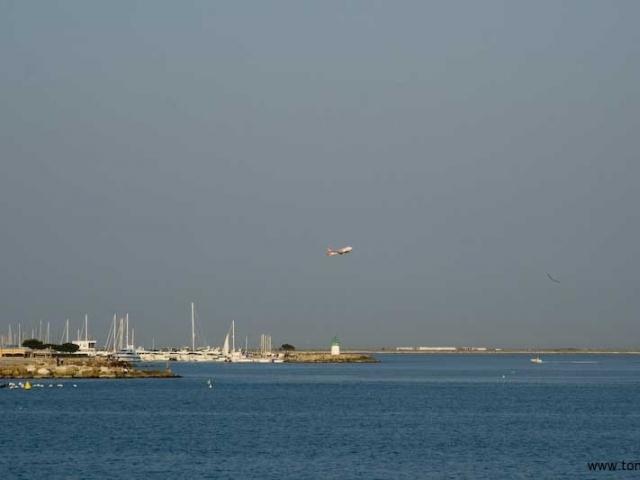 Ett flyg lämnar Nice flygplats
