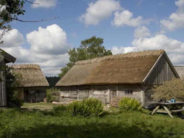 Ulliga moln ovanför grått hus - blir det mer svenskt?