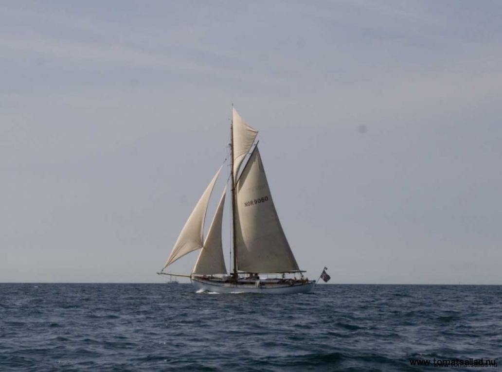 vacker båt på väg söderut
