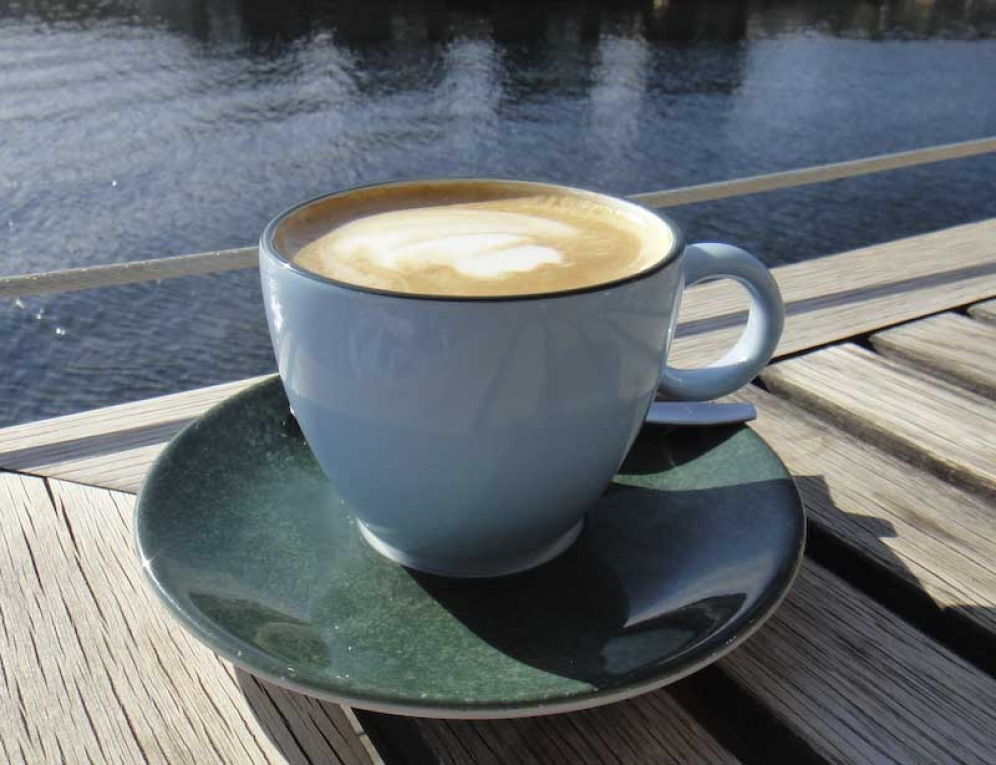 snygga blå kaffekoppar på restaurang Vatten