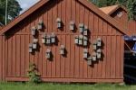 vägg med fågelholkar