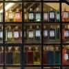 Parfymflaskor i skyltfönster