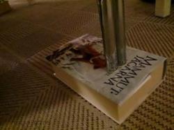 En bok under ett bord