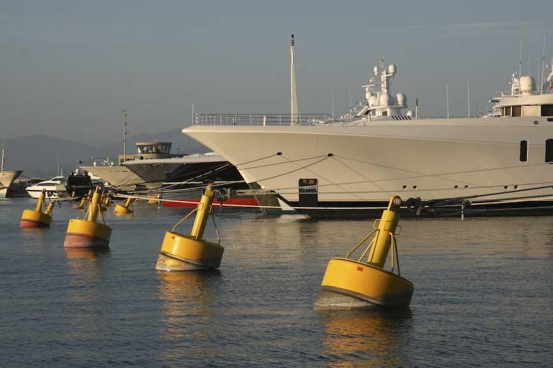 Stora båtar kräver stora förtöjningsbojar