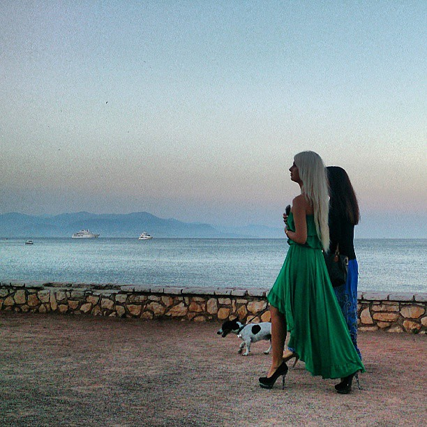 två ryskor med hund i Antibes