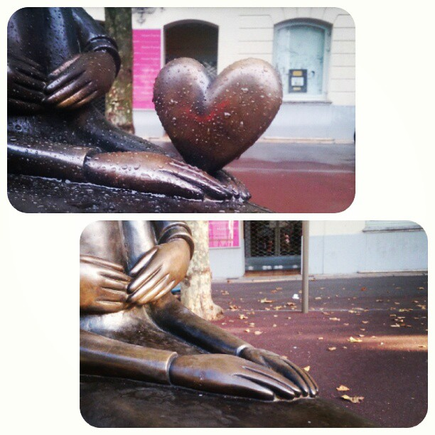 Someone has nicked the heart! Översta bilden tagen i juni, den undre i augusti. #peynet #staty #heart #hjärta #coeur #Antibes #Love