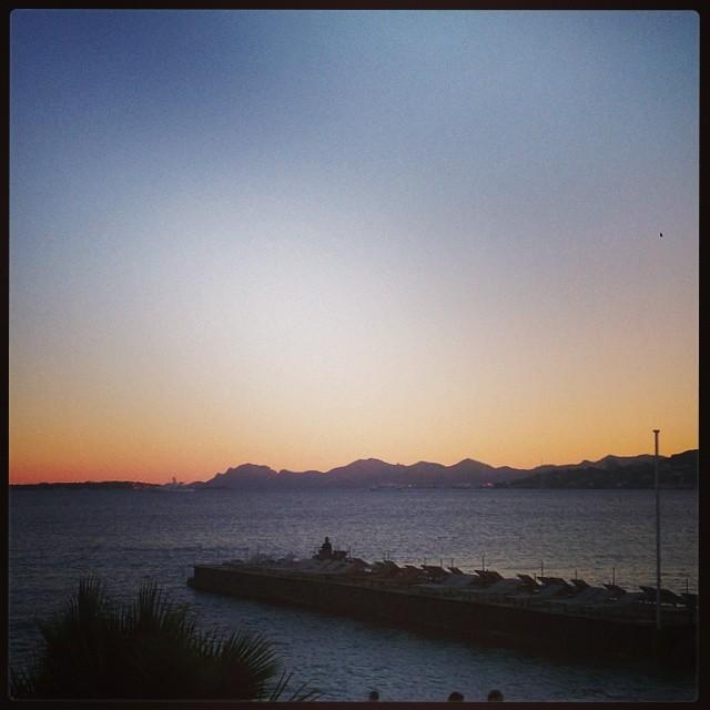 Kvällspromenad hem från middag med vänner i #juanlespins. #Esterelbergen i bakgrunden.