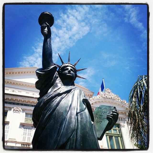 Den är ju yttepytteliten! #Frihetsgudinnan #Franskafrihetsgudinnan #Nice #MittNice #cotedazur #rivieran #staty