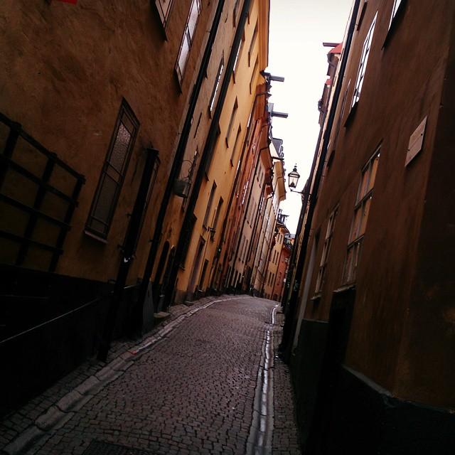#Prästgatan i #gamlastan i #Stockholm. Precis där jag stod när jag tog den här bilden finns en runsten inmurad i väggen.
