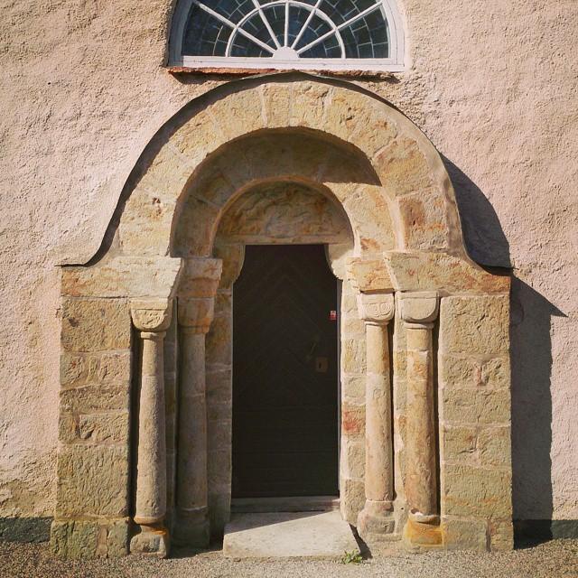 Kyrkor, var de inte mer öppna förr? Den här magnifika entrén lockar med porten är ordentligt låst. Vanlig landsortskyrka där vissa delar är från 1100-talet. Visst är det lite udda dock att man går in på sidan? #mellangöreborgochstockholm #Västergötland #kyrka #kyrkport #hökerum #svingskyrka