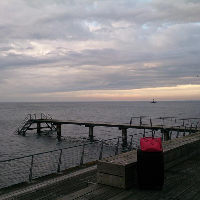 Efter en tokintensiv dag som kursledare behöver jag och resväskan se lite horisont. #Malmö #brygga #solnedgång #nofilter