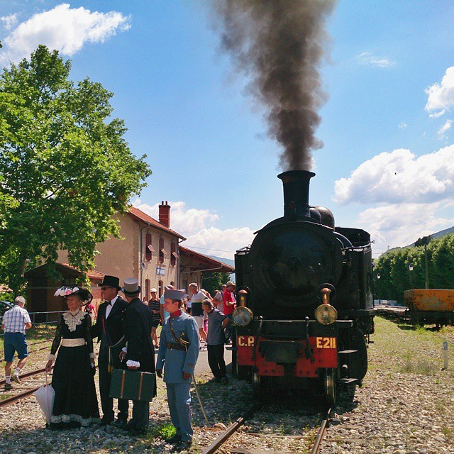 Arriving in #Entrevaux in style #traindepignes #traindepignesavapeur #ånglok #smalspår