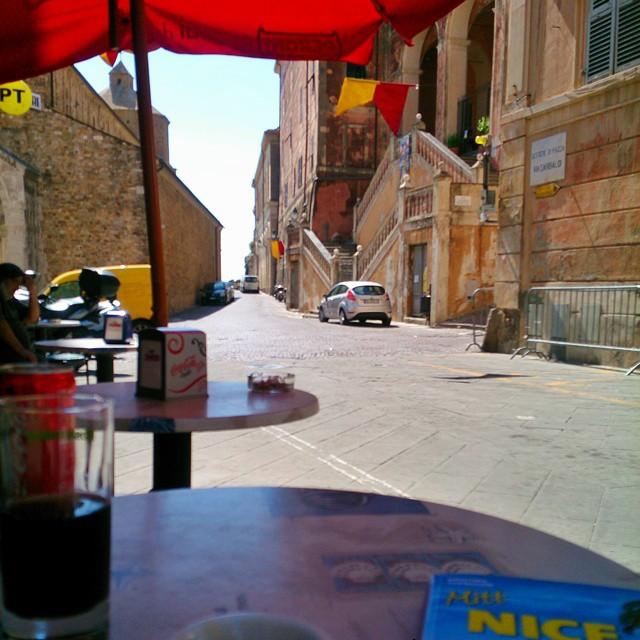 Det här är avkoppling för mig, att sitta med en kopp italiensk espresso och titta på människor som passerar förbi. En nunna, en polischef i full utstyrsel och så diverse män i ledighetskommitten på vespor. #gamlastan #ventimiglia #mittnice #RuntAntibes