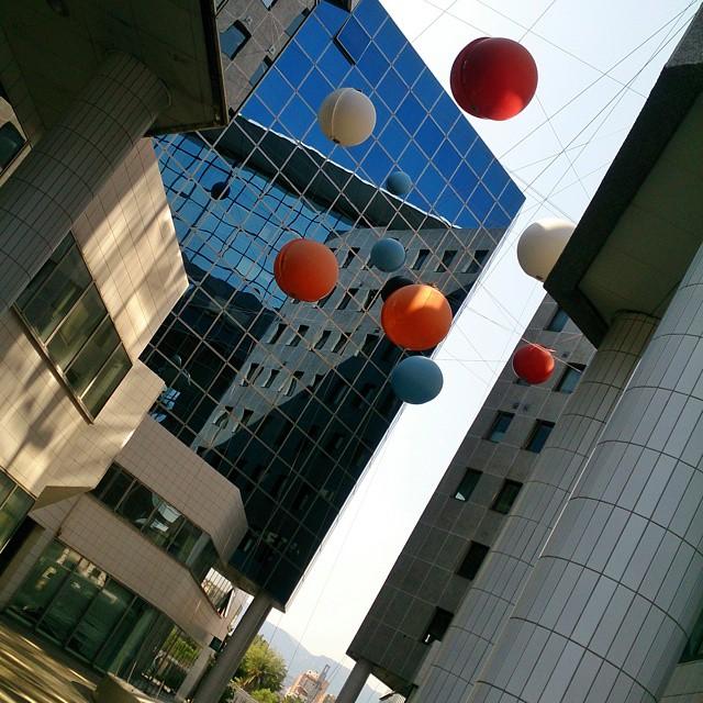 Hur många bollar är det? Och vilka är bara speglingar? #MittNice #spegelfasad