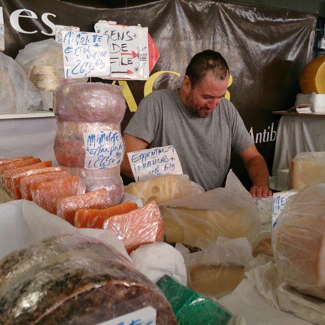 På söndagar finns det tre stånd som säljer ost på marknaden i Antibes. Två av dem är som tagna ur en turistbroschyr: snygga högar med perfekta ostar, vackra och tydliga skyltar och provsmakning. Sedan har vi det här... Det utmärker sig med marknadens längsta kö. Gissa var jag handlar ost! Idag blev det Sarde (italiensk pecorino-historia), Tomme de Savoi (koost fr bergen) och Chevre Magnifique (hårdost på getmjölk). #marchéprovençal #runtantibes #MittNice #ost #marknad #antibes #franskarivieran #franskmat #franskost
