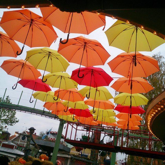Kom osökt att tänka på @paraplyelin när jag såg dessa #paraplyer. Om någon undrar var Göteborgs befolkning höll till idag så kan jag avslöja att allihop var på #Liseberg. #Göteborg