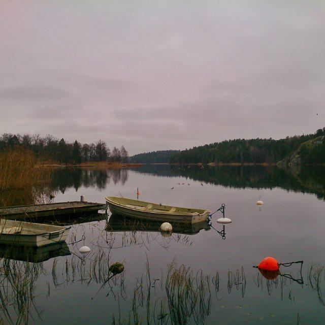 Startar veckan på bästa sätt med promenad runt #Rönningesjön. För två år sedan fotade jag en häger här. Vi såg den idag också men antingen var det vass ivägen eller så flög den bort. Det finns faktiskt flygande änder i den här bilden, om man tittar mycket nära. #sjö #spegling #litenbåt #täby#Swedishlake #höstnyanser