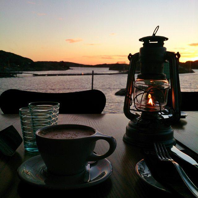 Ett besök på #RestaurangVatten i #Skärhamn piggade verkligen upp en dag som började med rejäl grävskopehuvudvärk (stort tack för den @Skanska, det var tre timmars arbetstid till som ni pajade #vänortdeluxe ). Kan inte nog rekommendera maten och kaffet på Vatten. Utsikten kan ni se själva #Tjörn #cappuccino