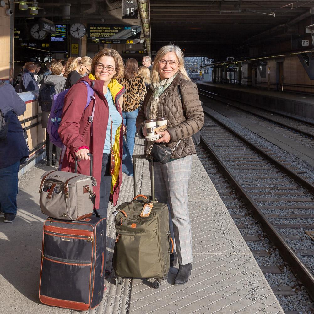 Kristina Svensson och Maria Unde Westerberg tillsammans med resväskor väntar på tåget.