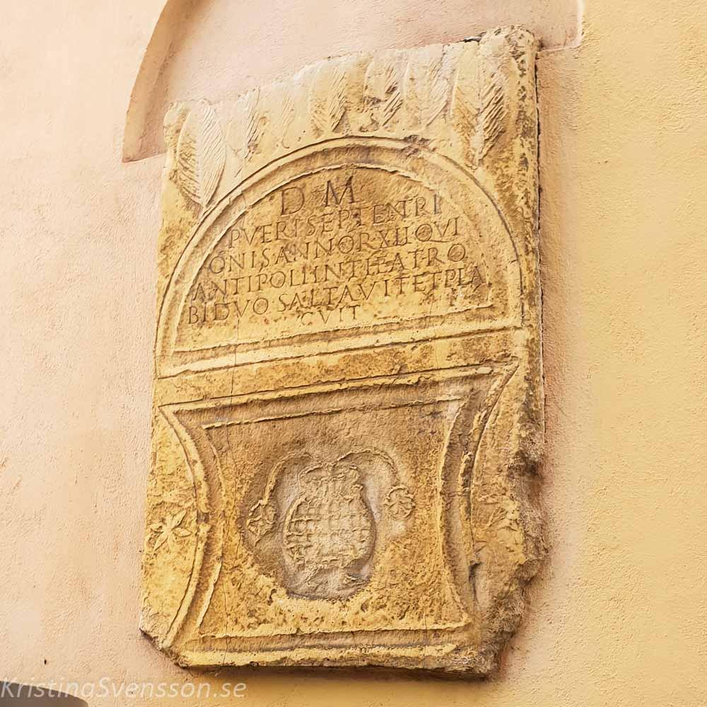 Minnessten med romerska tecken Septentrion